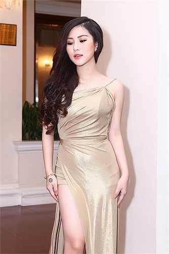 Nữ ca sỹ Hương Tràm trở thành tâm điểm của sự kiện khi diện trang phục váy dạ hội màu ánh kim khoe lưng trần và chân thon vô cùng quyến rũ.