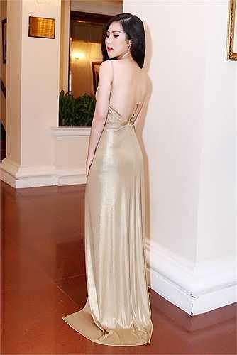 Xuất hiện tại sự kiện, Hương Tràm diện váy dạ hội vô cùng gợi cảm và quyến rũ, cô tự tin khoe tấm lưng trần nóng bỏng cùng đôi chân thon nuột nà.