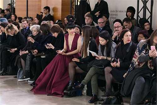 Trong tuần lễ thời trang cao cấp Paris và tuần lễ thời trang nam 2015 vừa diễn ra, chân dài gốc Việt Jessica Minh Anh đã có sự xuất hiện khá ấn tượng trên hàng ghế VIP.