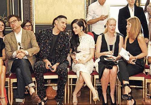 Cô từng được mời tới dự khá nhiều show diễn của các nhà thiết kế hàng đầu thế giới như: Chanel, Alexis Mabille, Georges Hobeika… trong khuôn khổ các tuần lễ thời trang nổi tiếng. Xuất hiện tại những sự kiện mang tầm quốc tế này, Lý Nhã Kỳ luôn khẳng định đẳng cấp với những chiếc đầm và phụ kiện mang phong cách quý tộc, sang trọng.
