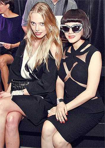 Thậm chí, cô từng được xuất hiện trên tạp chí Vogue, phiên bản Anh, trong danh sách những khách mời mặc đẹp.