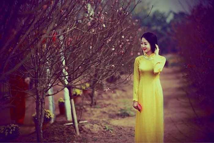 Hình ảnh thiếu nữ Hà Thành trong sắc vàng, sắc đỏ của tà áo dài, khoe nét rạng rỡ bên những nụ hoa xuân cũng đang thời kì tươi đẹp nhất là những khoảnh khắc vấn vương tới ngỡ ngàng.