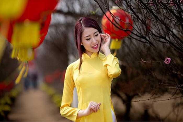 Hình ảnh thiếu nữ Hà Thành với chiếc áo dài ươm màu phú quý dạo chơi trong vườn hoa xuân là khoảnh khắc không mấy người có thể làm ngơ.