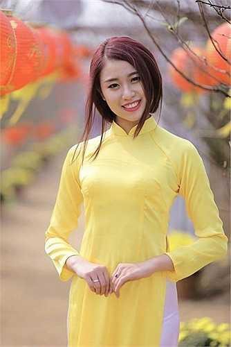 Vẻ đẹp căng tràn của thiếu nữ trong khung cảnh vườn xuân đẹp tới ngỡ ngàng.