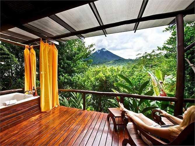 Khách sạn kiêm Spa và du lịch sân vườn Nayara thuộc La Fortuna de San Carlos, Costa Rica. Giá phòng từ 570 USD/đêm