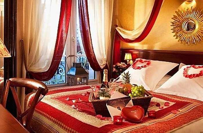 Chuyển sang kiểu đèn ngủ mờ ảo để làm cho phòng ngủ của bạn trông lãng mạn. Sau đó, bạn có thể sắp xếp một bữa ăn nhẹ trên giường kết hợp với một bản nhạc du dương.