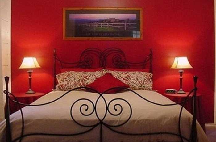 Một lớp sơn mới: Nếu cầu kỳ hơn, bạn có thể sơn tường mới cho phòng ngủ thu hút hơn.