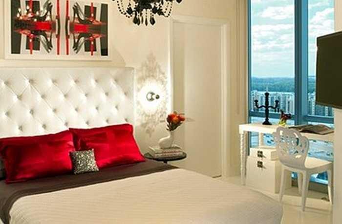 Trang trí bằng một vài chi tiết màu đỏ. Màu đỏ là màu của niềm đam mê, hãy tô điểm phòng ngủ bằng vài chi tiết màu đỏ để tăng sự lãng mạn cho vợ chồng dịp Valentine.