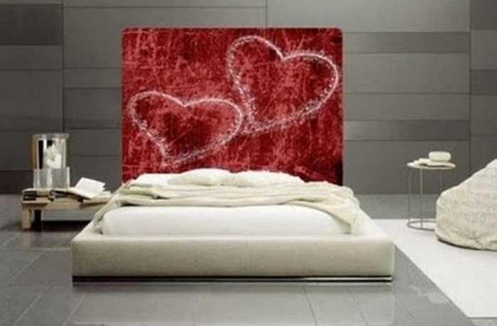 Chiếc giường màu trắng với điểm nhấn là bức phản màu đỏ vẽ hai hình trái tim dễ thương