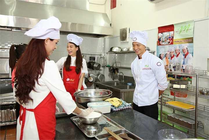 Vừa trở về từ chuyến tham dự Tuần lễ văn hóa Việt Nam tại Italy, Trương Ngọc Ánh và Kim Lý không ngần ngại gật đầu tham gia để mang đến những niềm vui cho các em