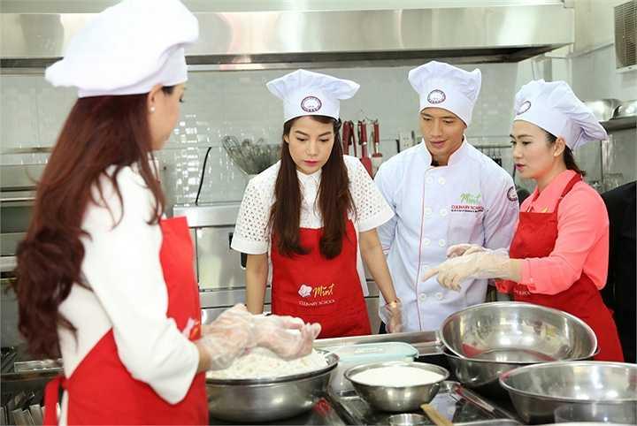 Cùng tham gia trong buổi làm mứt dừa còn có sự tham gia của người mẫu Thuý Hạnh, ca sĩ Dương Triệu Vũ, MC Quỳnh Hoa và MC Thanh Thảo Hugo.