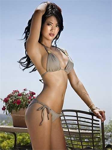 Không chỉ có vẻ đẹp rắn chắc, Maysa Quy còn rất gợi cảm khi quảng cáo những trang phục áo tắm