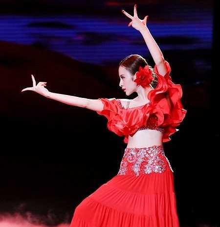 Tài năng của Angela Phương Trinh không chỉ được ghi nhận ở lĩnh vực điện ảnh mà mới đây, cô còn khiến nhiều người ngỡ ngàng bởi tài vũ đạo khi trở thành một trong những thí sinh có thực tài được quan tâm nhất chương trình Bước nhảy hoàn vũ 2015