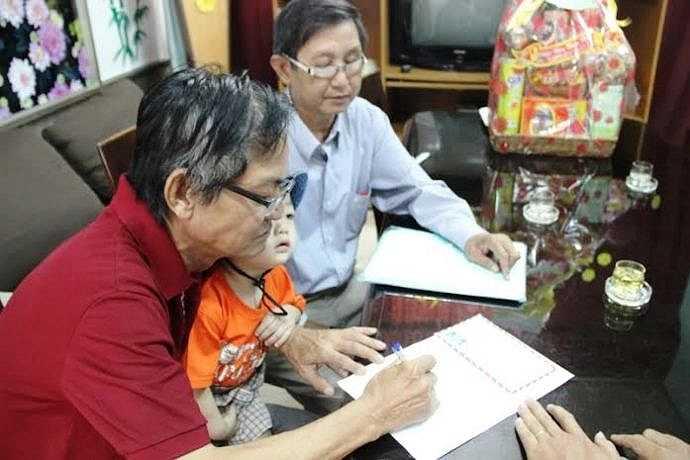 Mẹ cháu bé là chị Hồ Thị Thu Vân (23 tuổi, ngụ quận 4), ông Mai Thanh Liêm (61 tuổi, ngụ quận Gò Vấp – ông dượng cháu bé) và bà Đinh Thị Huệ (61 tuổi, ngụ Bà Rịa – Vũng Tàu, là bà nội của bé) đã đến Trung tâm Bảo trợ trẻ em Tam Bình nhận lại cháu Bo. (Ảnh Hưng Cường).