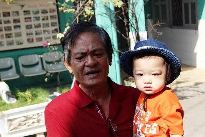 Niềm hạnh phúc của ông Liêm sau thời gian đi tìm sự thật về người cháu của mình. (Ảnh: Hưng Cường)