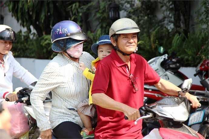 Ông Liêm và bà nội vui mừng đón bé Bo về nhà ở quận Gò Vấp. (Ảnh: Hưng Cường)