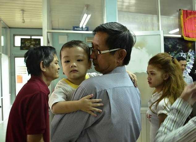 Được nhận lại con, người mẹ trẻ đã bật khóc và cho biết tiếp tục giao cháu Bo cho ông Liêm tiếp tục nuôi dưỡng. (Ảnh: Hưng Cường)
