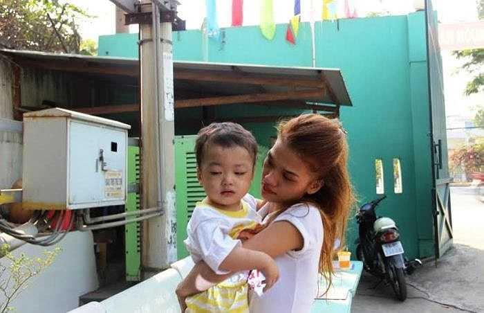Cháu bé đã khóc nức nở khi được mẹ ruột ẵm trên tay. (Ảnh: Hưng Cường)