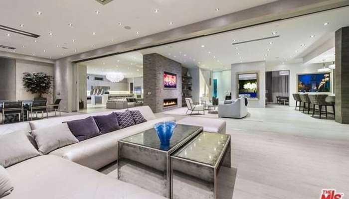 Ngôi nhà tại Beverly Hills, Mỹ chỉ là một trong những căn nhà sang trọng mà doanh nhân này sở hữu. Nó rộng hơn 1.000m2 với 9 phòng ngủ và 11 phòng tắm