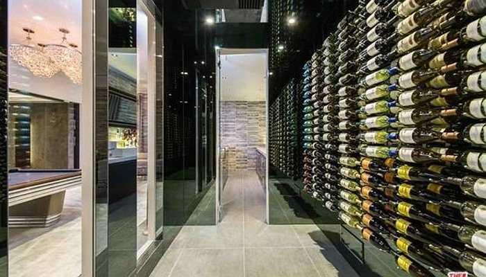 Hầm rượu được lắp kính xung quanh có chứa rất nhiều rượu vang quý