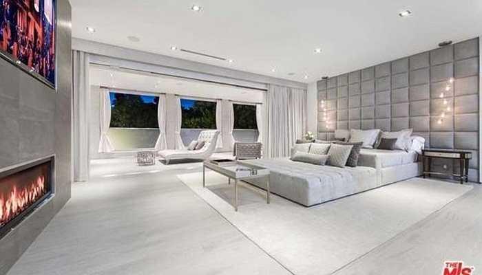 Steve Cohen có vẻ rất thích trang trí nhà bằng lò sưởi. Ngay trong phòng ngủ đã có tới 3 chiếc