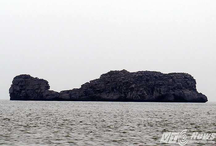 Đảo đá vôi giống như một con cá biển khổng lồ nhô lên giữa mặt biển.
