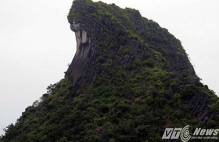 Tuy nhiên, đảo đá này khiến người ta liên tưởng tới một con quái vật biển khổng lồ nhô đầu trên mặt biển.
