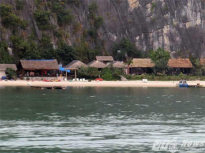 Những bãi cát trắng mịn màng, thoai thoải, được che chắn với dãy núi đá vôi, thích hợp cho tắm biển và nghỉ dưỡng.