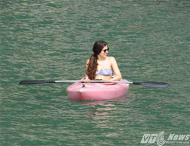 Nữ du khách nước ngoài chèo thuyền kayak trên vịnh