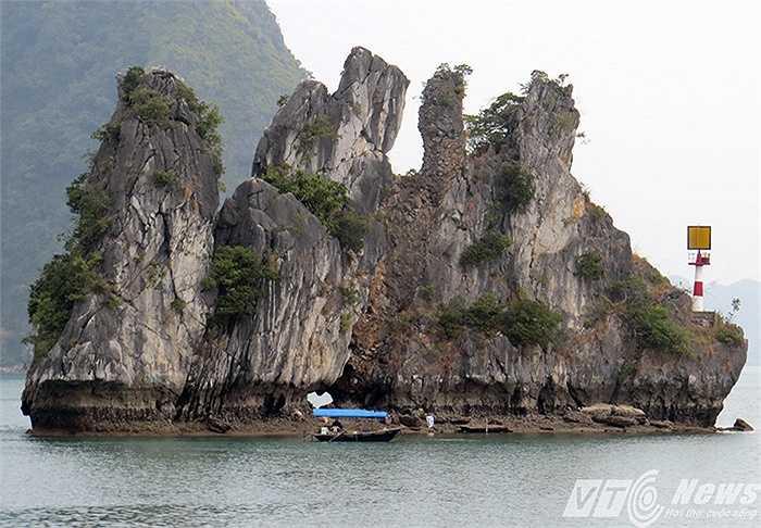 Đảo đá vôi với hình thù kỳ dị giữa vịnh
