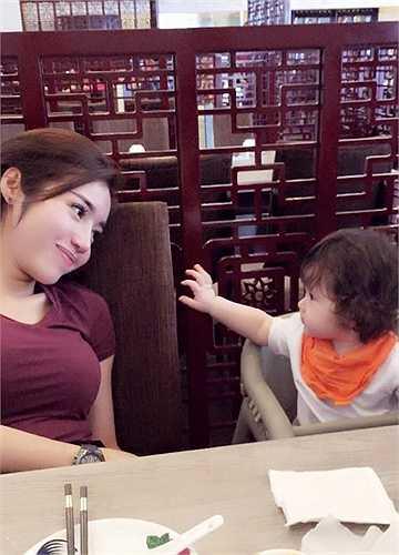 Cô bé Cadie - con gái của Elly Trần và người đàn ông ngoại quốc giấu mặt càng lớn càng xinh đẹp.