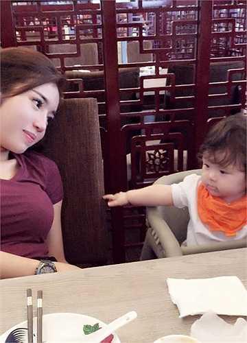 Cadie thường xuyên được mẹ đưa đi chơi, ăn uống.
