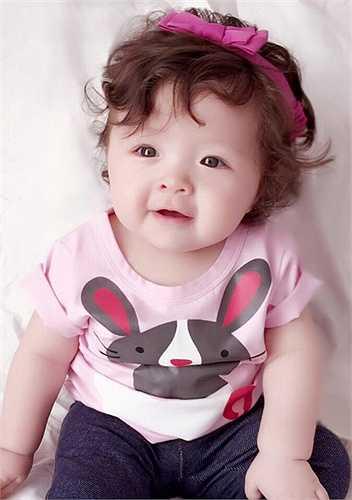 Elly Trần thường xuyên chia sẻ những hình ảnh đáng yêu của cô con gái nhỏ lên trang cá nhân.