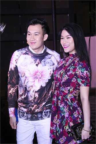 Người hộ tống cô chính là nam ca sỹ Dương Triệu Vũ.