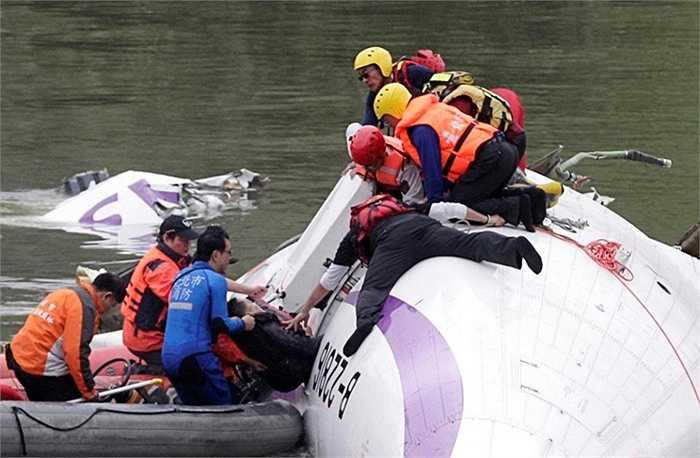 Lực lượng cứu hộ tiếp cận thân máy bay