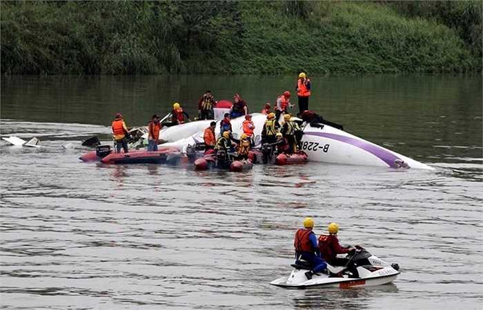 Xác máy bay nằm trên con sông