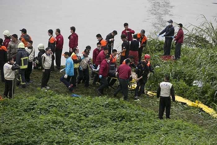 Lực lượng cứu hộ đưa nạn nhân đi cấp cứu