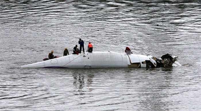 Xác máy bay nổi trên sông