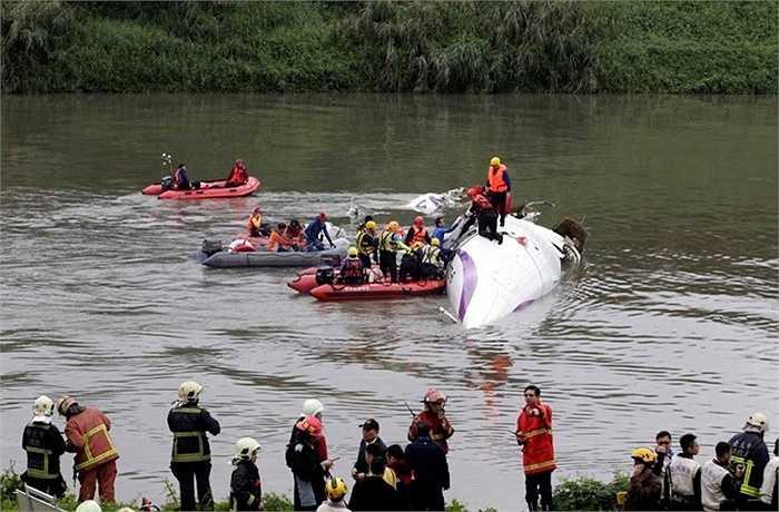 Lực lượng cứu hộ tiếp cận hiện trường