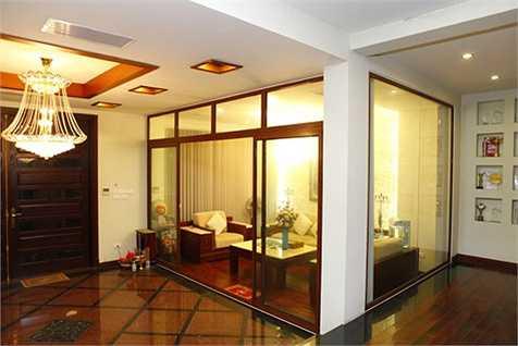 Phòng khách được ngăn bằng vách kính