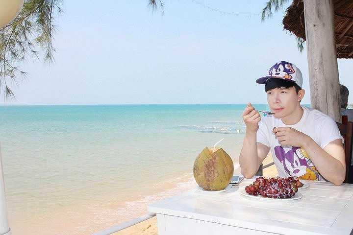 Nathan Lee cho biết, mỗi khi gặp stress trong công việc, anh thường dành vài ngày để ra đảo nghỉ xả hơi, nạp lại năng lượng.