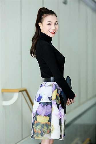 Trà Ngọc Hằng ngày càng biết cách phối hợp trang phục để làm mình đẹp hơn.