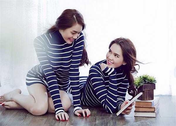 Ngọc Trinh và Linh Chi diện đồ đôi, khoe làn da trắng sứ và vẻ ngọt ngào.