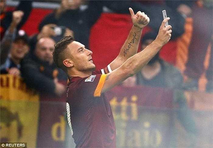 Totti ăn mừng kiểu tự sướng bằng điện thoại