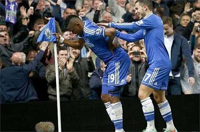 Sau khi bị Mourinho chê là trông giống một ông lão, Eto'o lập tức đáp trả bằng pha ăn mừng giống như đang chống gậy