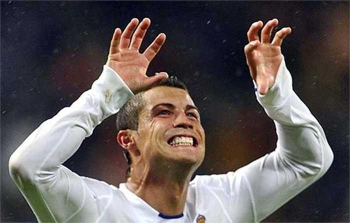 Ronaldo ăn mừng giống như cậu con trai Ronaldo JR đang đòi quà
