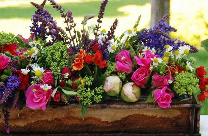 Kết hợp hoa oải hương chớm nở, hoa mẫu đơn và hoa hồng với hoa dại trong một hộp gỗ  thấp mộc mạc để làm tươi sáng thêm bệ cửa sổ.
