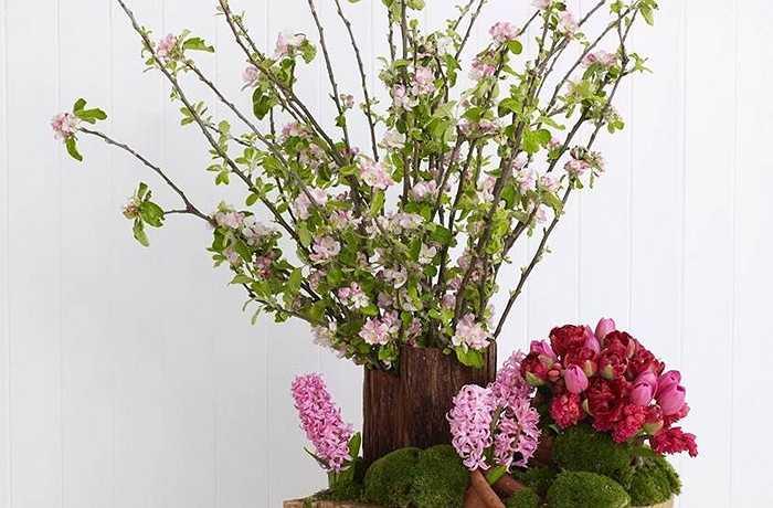 Kiểu trang trí đầy màu sắc và tràn đầy năng lượng này là sự kết hợp phong cách điểm xuyến 3D độc đáo của các tông màu hồng với những cây xanh và gỗ tự nhiên.