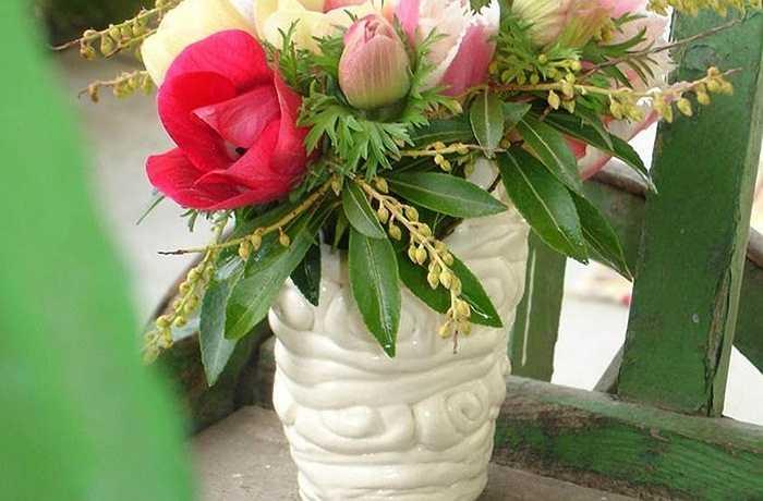 Hoa tulip cắm vào một chiếc bình đá thủ công là hoàn hảo cho một bữa tiệc tối mùa xuân đơn giản, cả trong nhà lẫn ngoài trời.