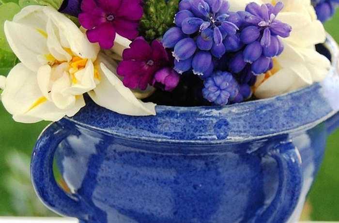 Hoa lục bình bé nhỏ, đôi hoa tulip màu kem và hoa vân anh nhỏ loại hoa có nhiều màu sắc bó thành một gói sẽ tạo một hiệu ứng mạnh mẽ khi được đặt trong một chiếc bình làm bằng tay nhỏ gọn.